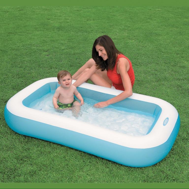 малыш в надувном бассейне