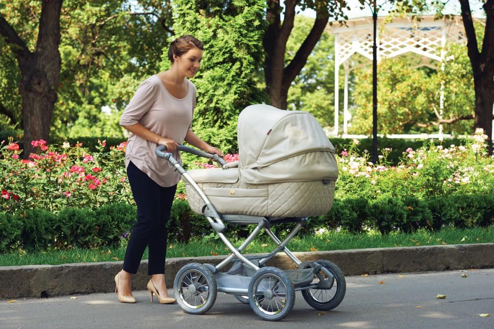 мама на прогулке с малышом в коляске-люльке