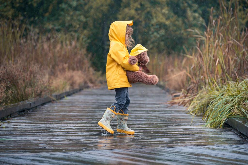 девочка в жёлтом дождевике и с мишкой