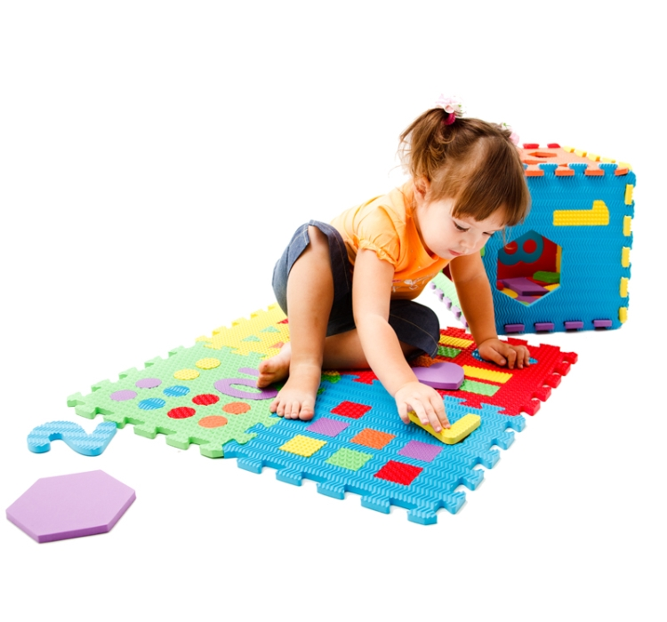 девочка играет на коврик-пазле