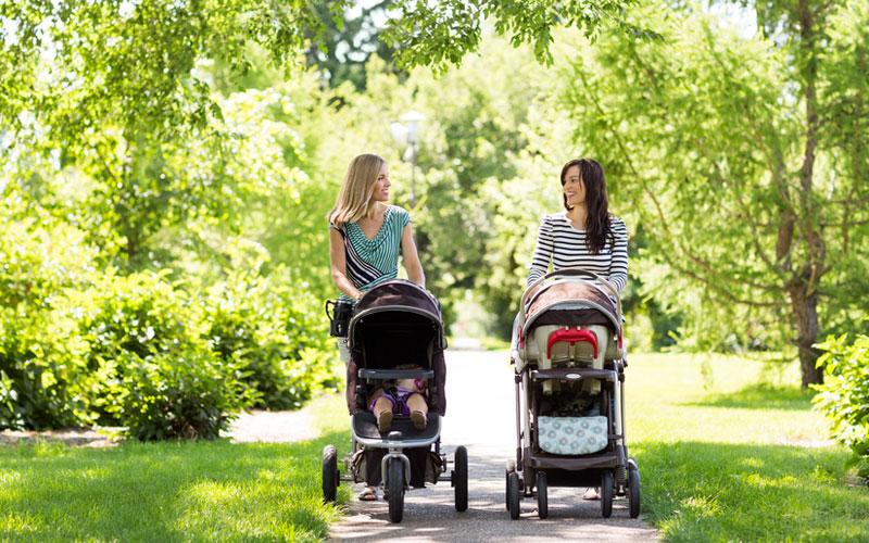 мамы гуляют с детишками в прогулочных колясках