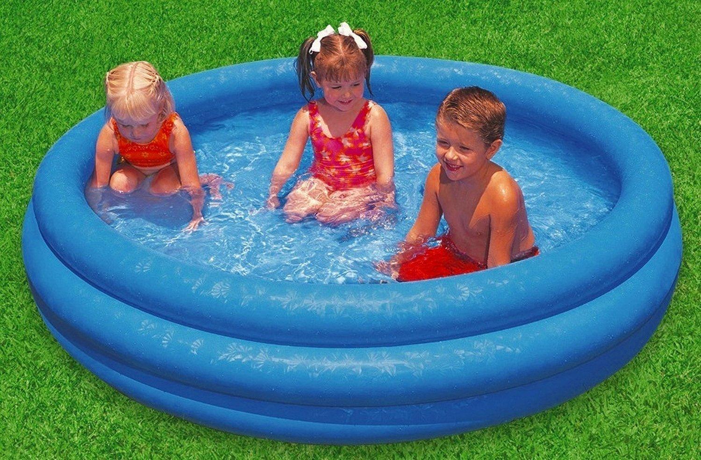 детки в надувном бассейне
