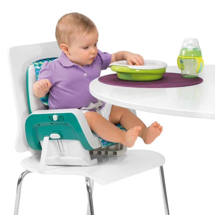 малыш кушает сидя на стульчике-бустере