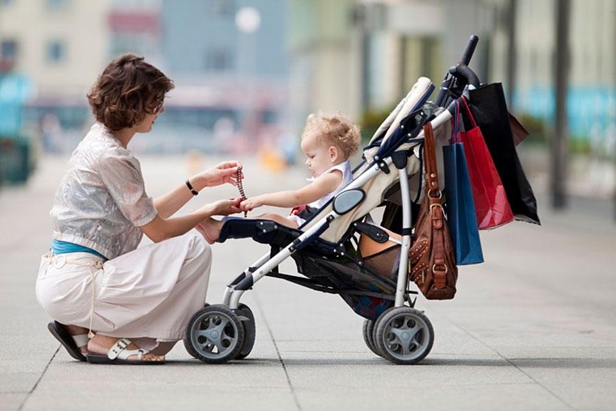 мама с ребёнком в прогулочной коляске