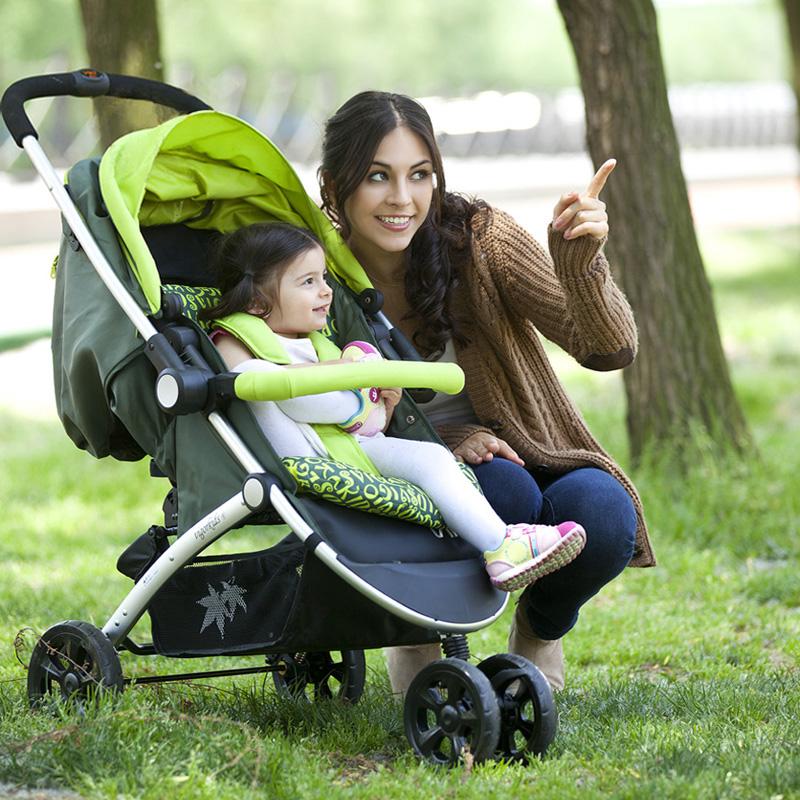 мама с ребёнком в трёхколёсной прогулочной коляске