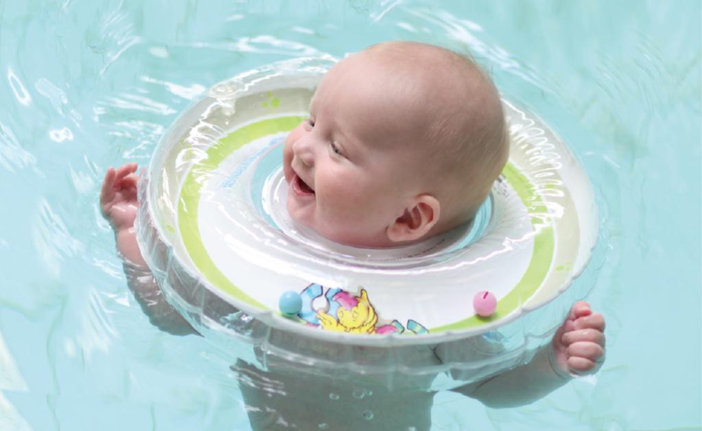 ребёнок купается в круге для купания новорожденных