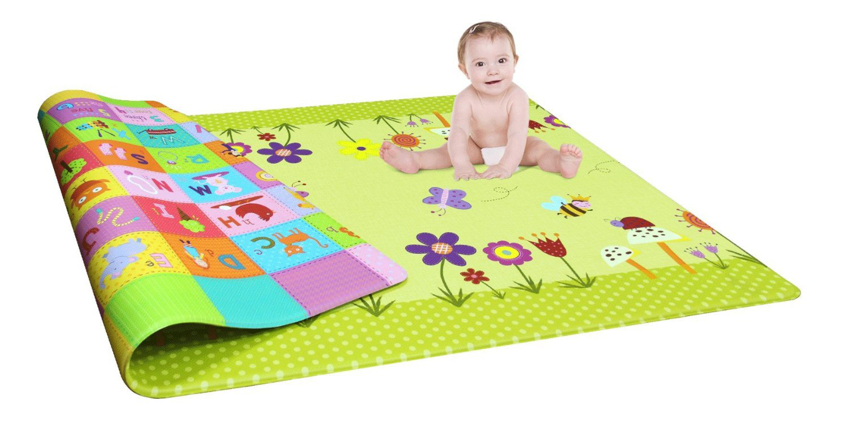 малыш на коврике для ползания