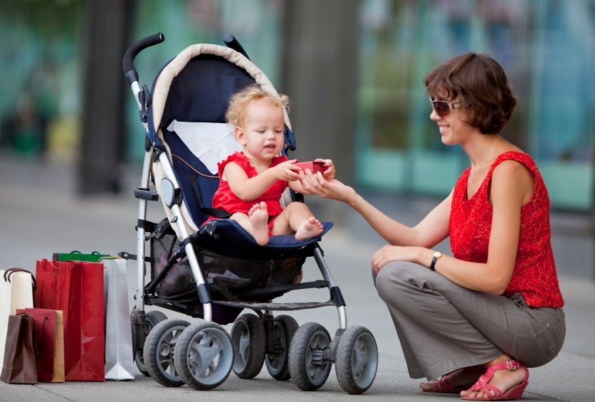 ребёнок в прогулочной коляске