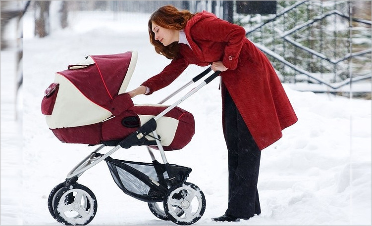 мама гуляет с ребёнком в большой прогулочной коляске