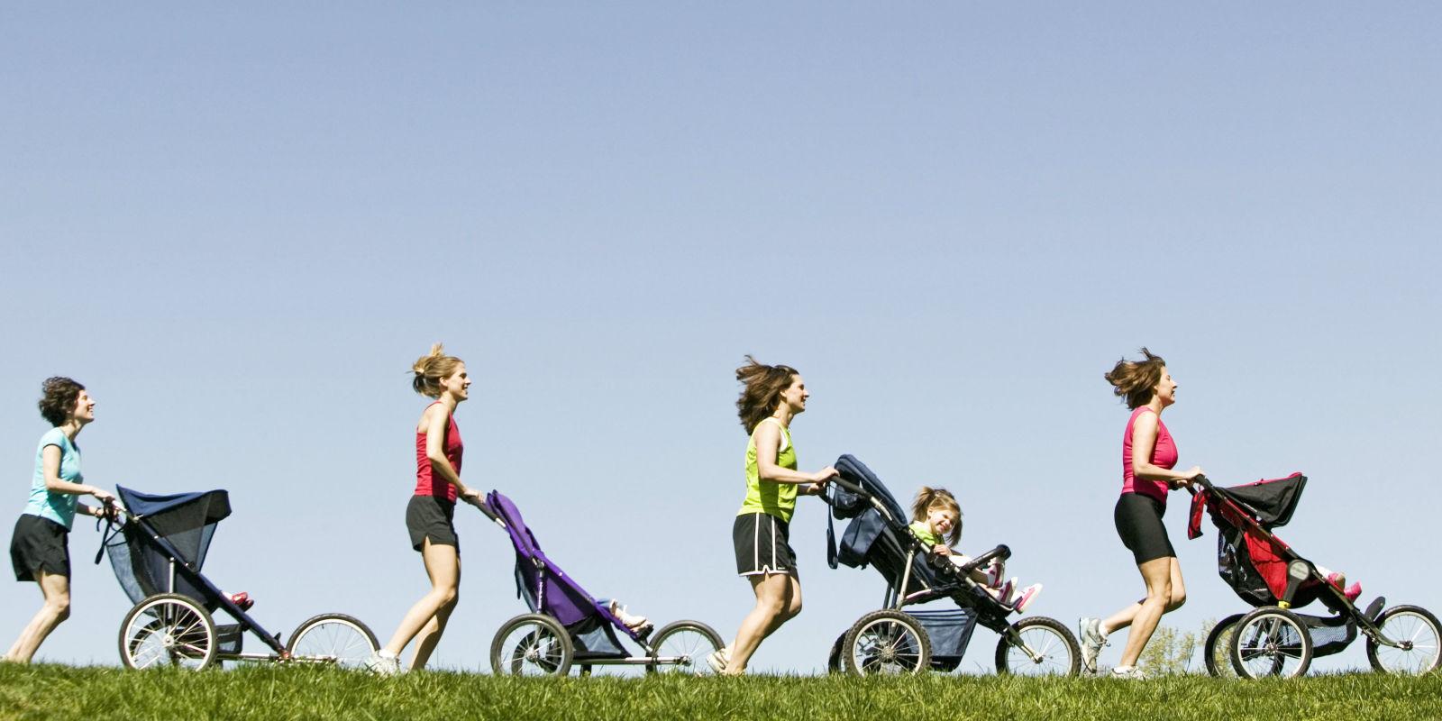 мамы занимаются бегом с детишками в трёхколёсных колясках