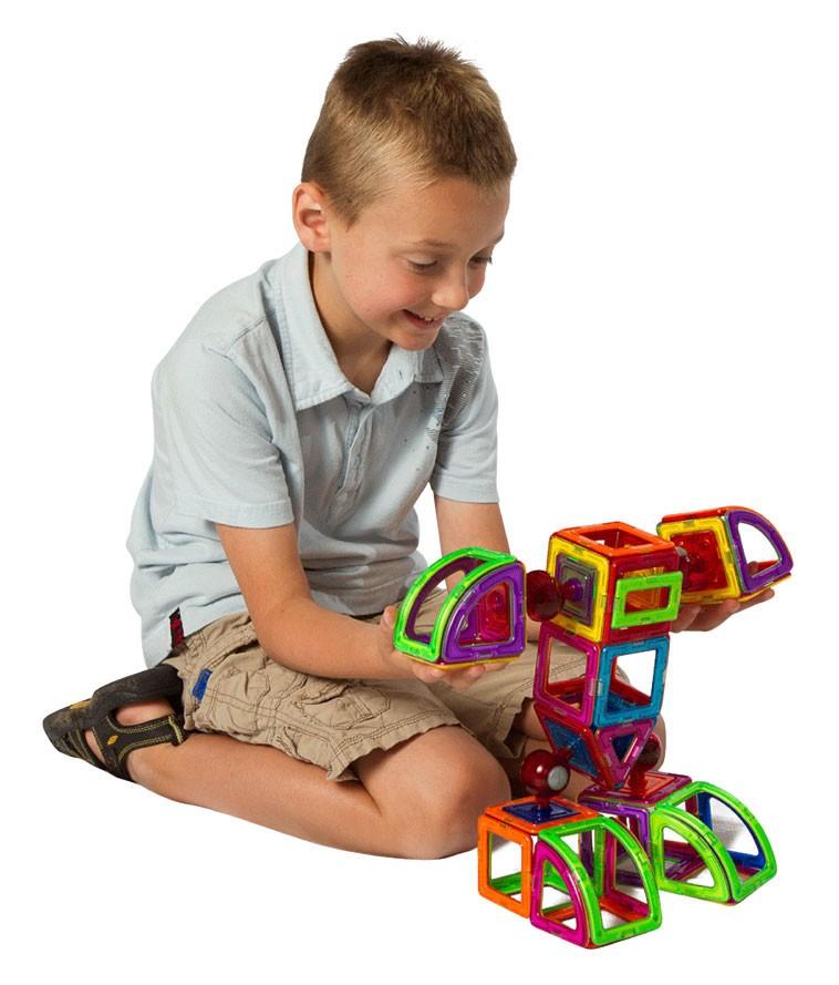 мальчик играет в Magformers