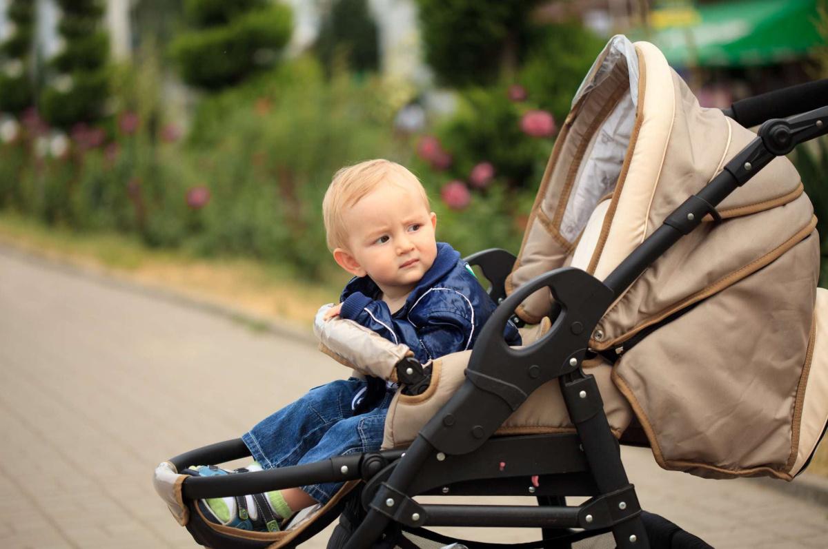 малыш в коляске 2 в 1